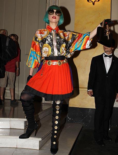 Lo ofrece al público Versace con la reedición de una tirada de las famosas  camisas de seda estampadas de Gianni. da68b12b8be