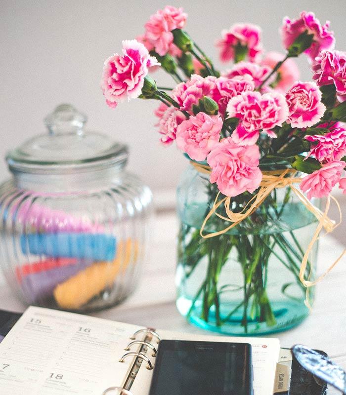Decoração com flores na mesa de estudos