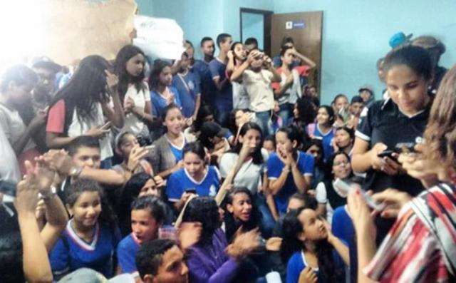 Sudoeste: Estudantes ocupam a prefeitura em protesto