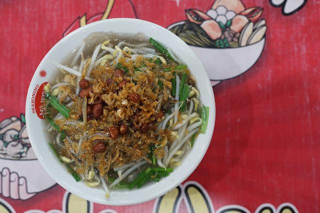 Udang rebon, kacang tanah dan kucai. Wajib ada di Mie Sagu khas Pontianak