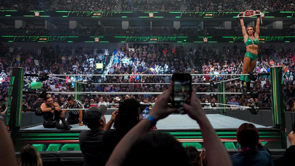 Charlotte Flair supera Rhea Ripley e conquista o RAW Women's Championship
