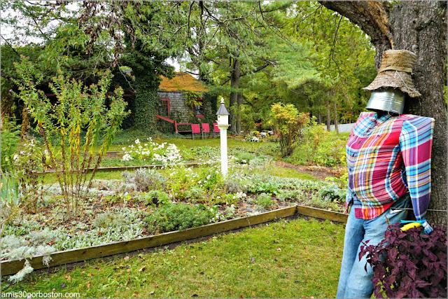 Espantapájaros en los Jardínes de Pickity Place en Mason, New Hampshire