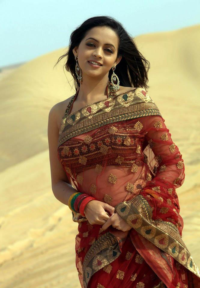 Malayalam Queen Actress Bhavana's Sizzling Images Showinh her Naval in Saree