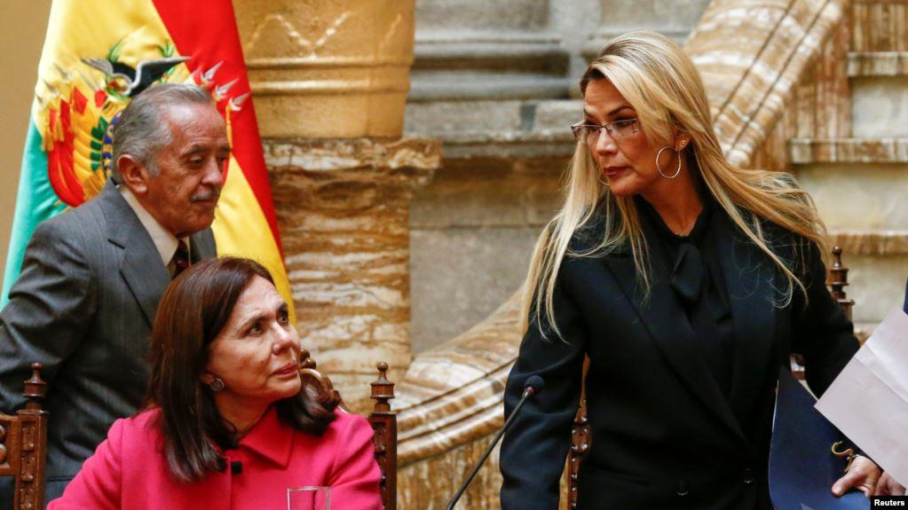 La canciller boliviana Karen Longaric y la presidenta constitucional Jeanine Añez en Palacio de Gobierno / REUTERS