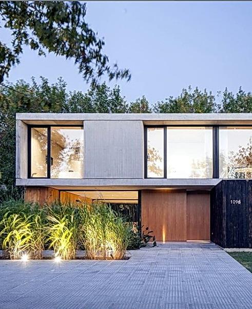 Rumah minimalis pintu kayu lebar