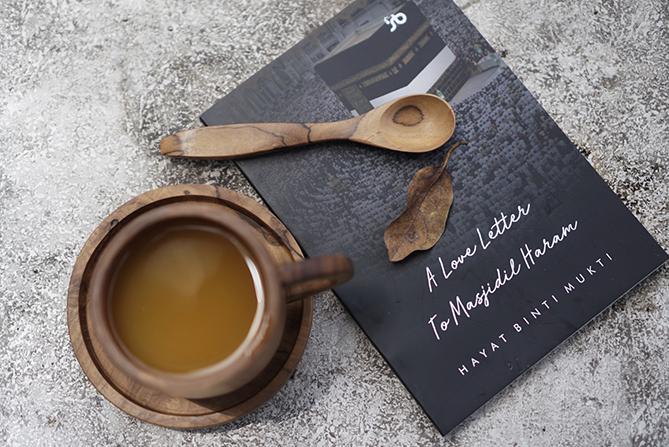 Membaca novel dengan menyesap minuman