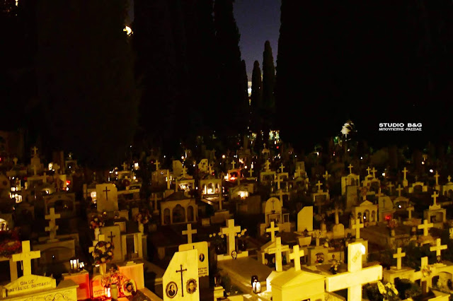 Πως άναψαν τα καντήλια Μ. Παρασκευή στο κλειστό κοιμητήριο του Ναυπλίου