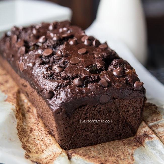 Cake de cacao, banana y calabacín muy fácil vía elgatogoloso.com