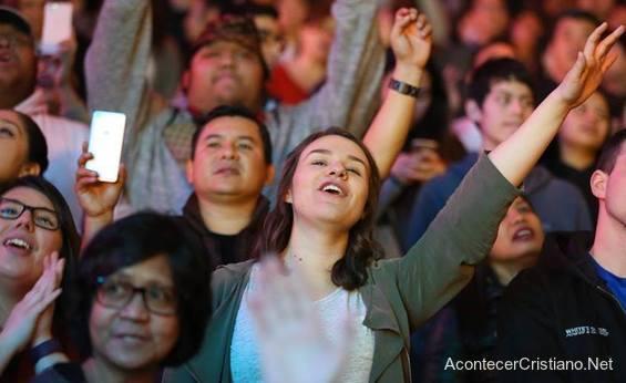 Personas aceptan a Cristo en campaña