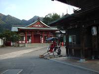 un tempio minore con un risciò parcheggiato