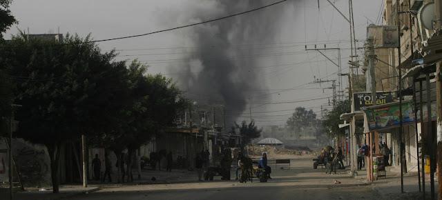 Una columna de humo marca el lugar del impacto de un bombardeo israelí en la Franja de Gaza. UNICEF/Eyad El Baba