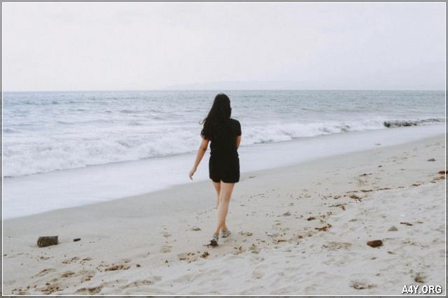 cô gái 1 mình đi ra biển