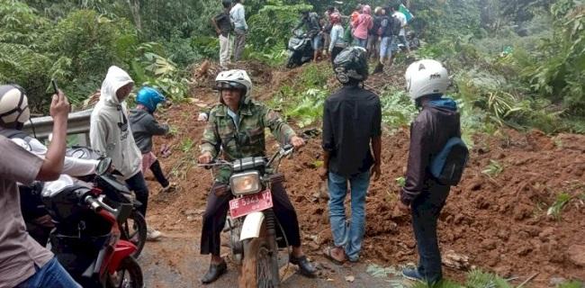 Tertutup Longsor Setinggi 2 Meter, Jalinbar Sumatera Macet Total Hingga 2 Km