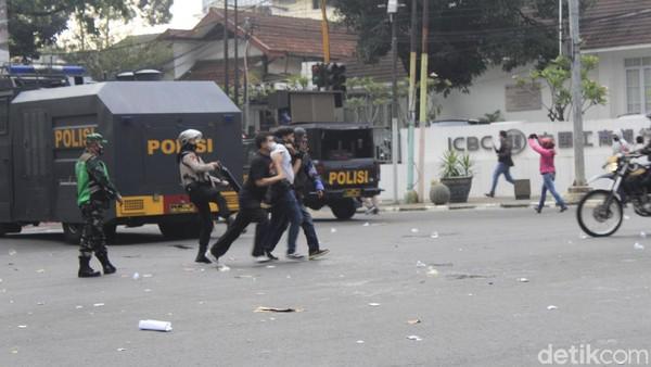 Demonstran Bawa Molotov Saat Aksi Tolak PPKM di Bandung