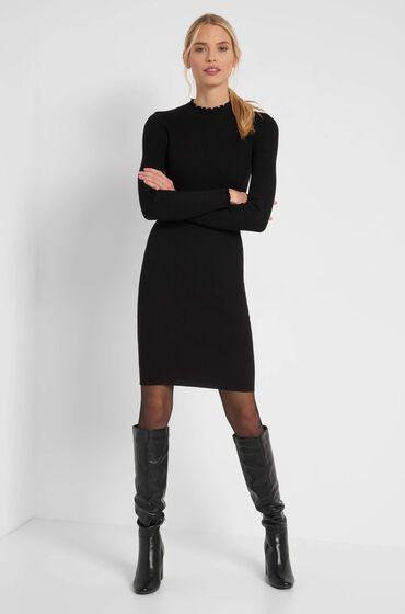 czarna sukienka z prążkowanej dzianiny