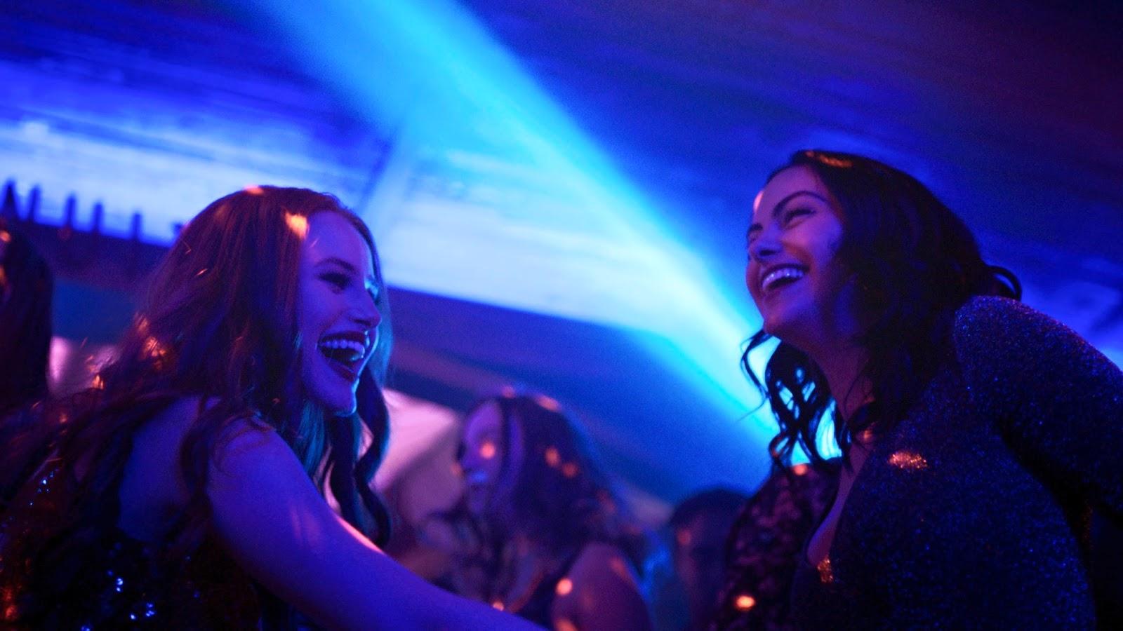 Camila Mendes y Madelaine Petsch en Riverdale