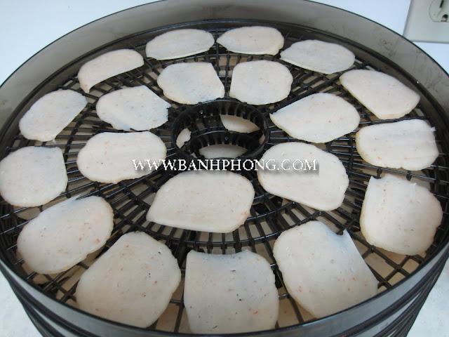 Dùng máy sấy thực phẩm tại nhà để làm khô bánh phồng cá Linh
