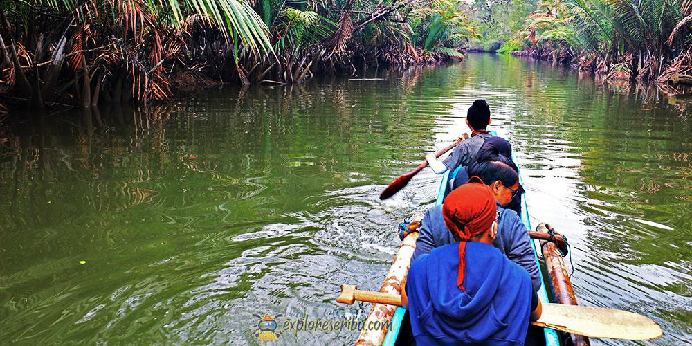 aktivitas kano di sungai cigenter ujung kulon