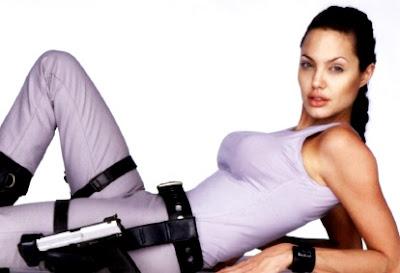 Foto de Angelina Jolie recostada de espalda