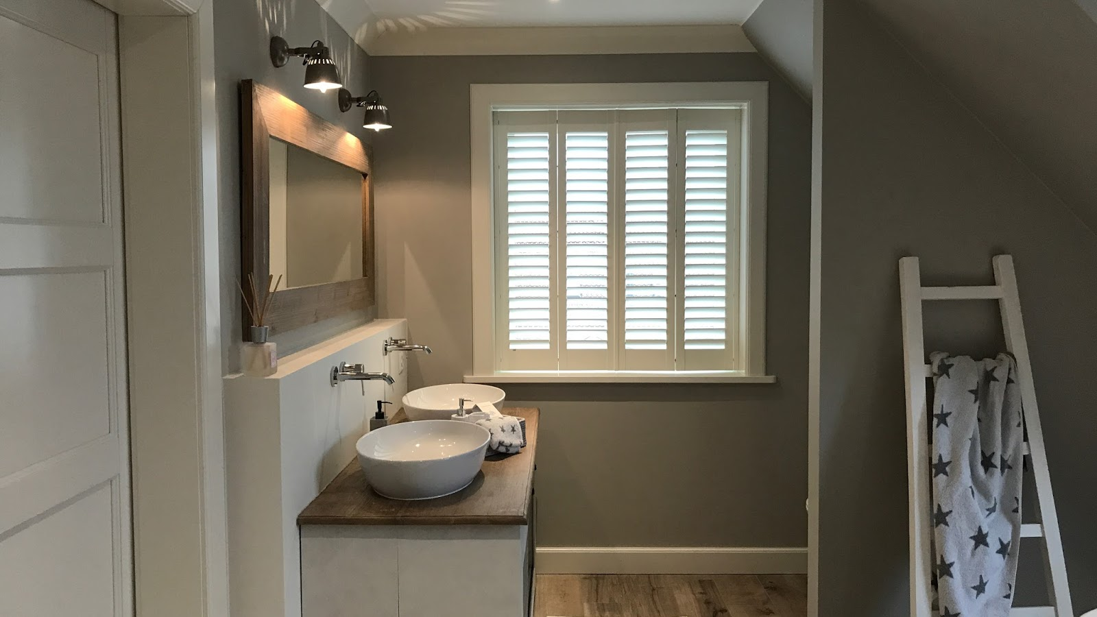 Shutters als Sichtschutz im Badezimmer   Beachhouse Living