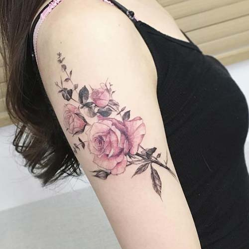 kadın üst kol pembe gül dövmesi woman upper arm pink rose tattoo