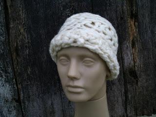 cabeça de manequim com gorro de lã de ovelha, na sua cor natural