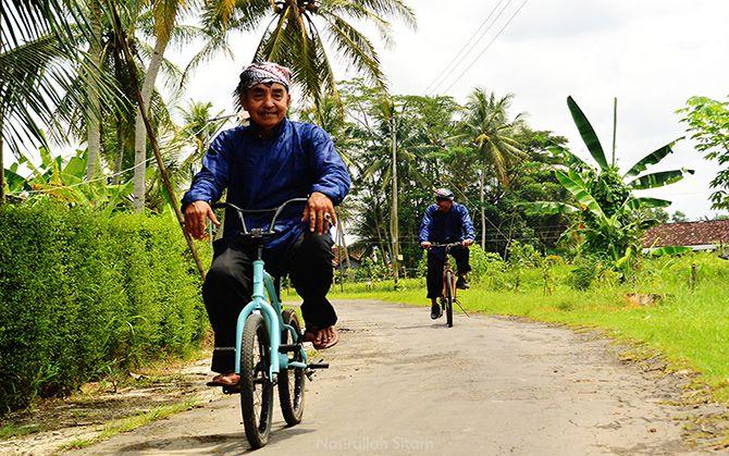 Perwakilan Pokdarwis Desa Wisata Malangan mengantar kami naik sepeda