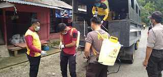 Dukung Penuh Satgas Covid, Personel Polres Tana Toraja Ikut Semprotkan Disenfektan