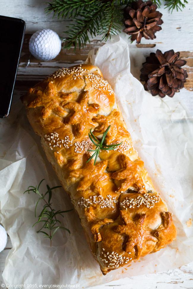 wigilijny kulebiak z kapustą i grzybami na cieście półfrancuskim