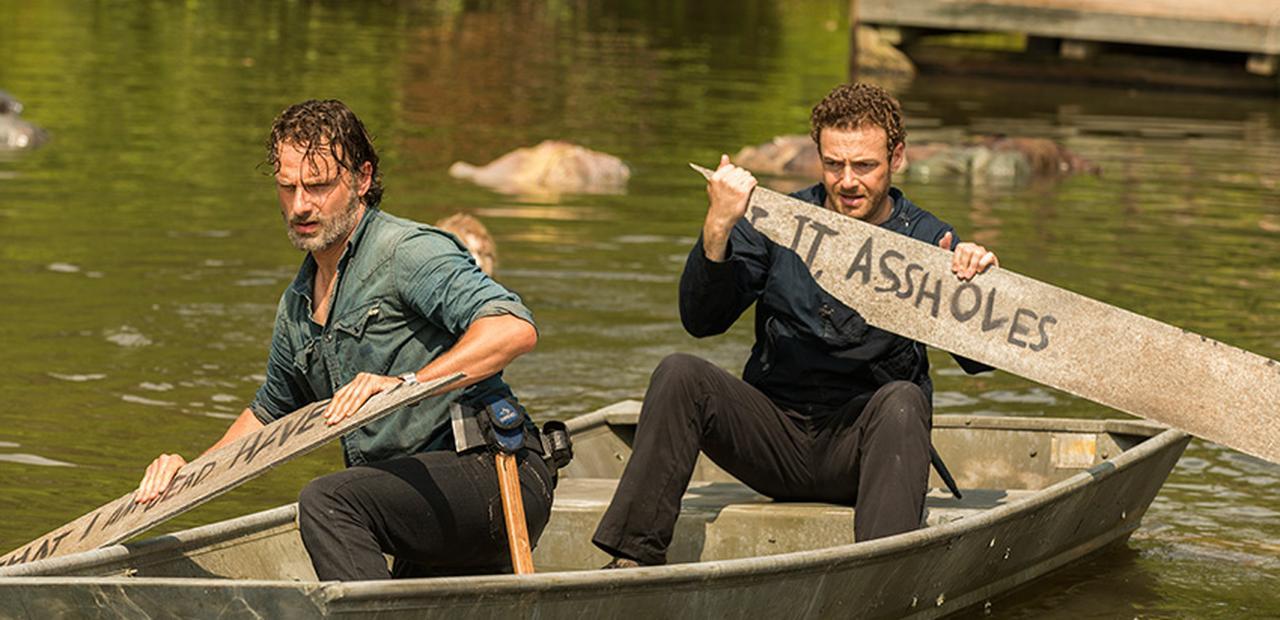 Rick y Aaron reman para encontrar provisiones en la midseason finale de la séptima temporada de The Walking Dead