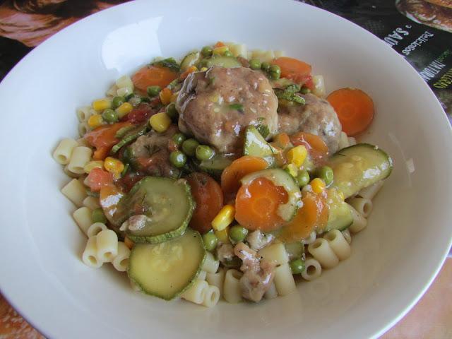 kulki mięsne w warzywach