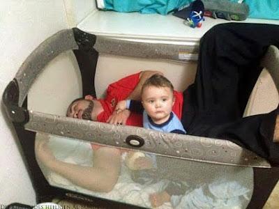 Vater passt auf Baby auf witzige Bilder