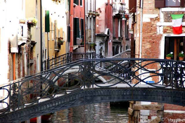 Calle, ponticelli e case tipiche di Venezia