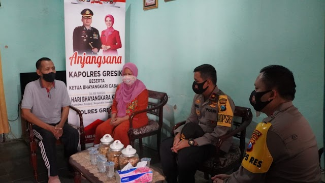 Sambut HUT Bhayangkara Ke 74, Kapolres Gresik Anjangsana Purnawirawan Polri dan Warakawuri