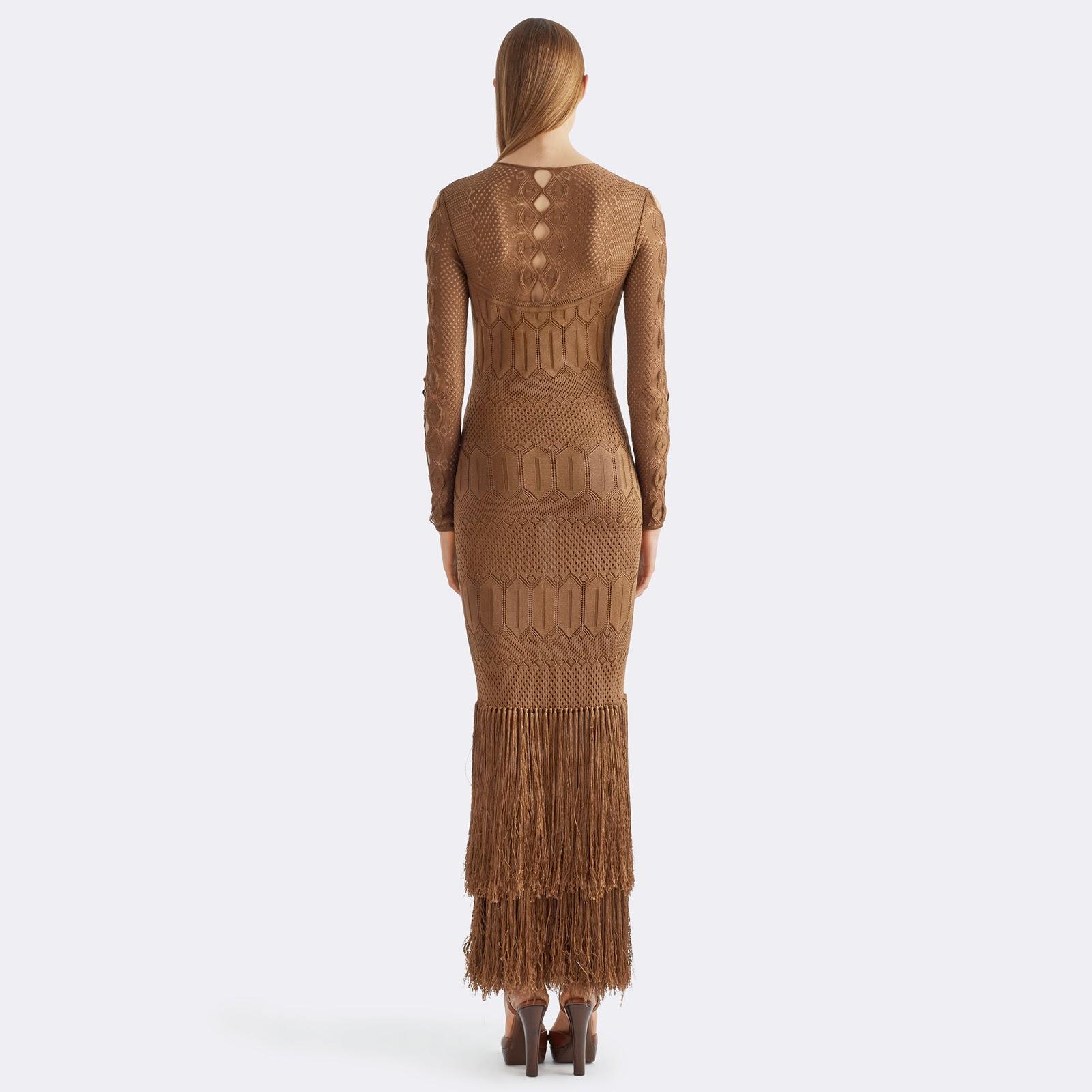 ce4dc28ce7d47 Kahverengi tonunda bir püsküllü elbise geliyor. Eteklerine 2 kat püskül  dikilmiş ipek astarlı, dar kesim bir model bu, triko kumaştan yapılmış  herhalde.