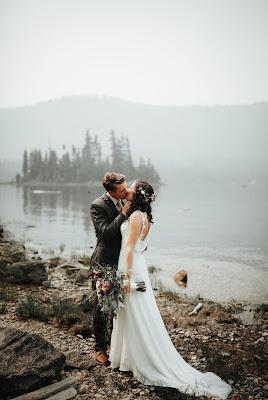 Novios besándose a la orilla de un lago