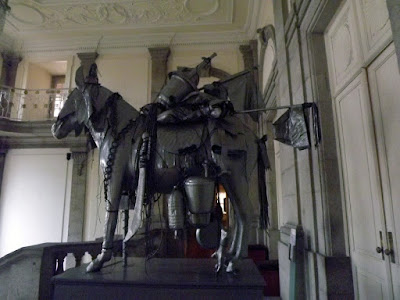 escultura de um cavaleiro feita com objetos recicláveis
