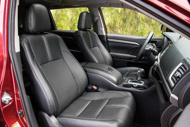 Interior view of 2017 Toyota Highlander SE
