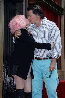 Cyndi besa a su marido en la ceremonia de inauguración de su estrella en el Paseo de la Fama de Hollywood (11 de Abril de 2016)