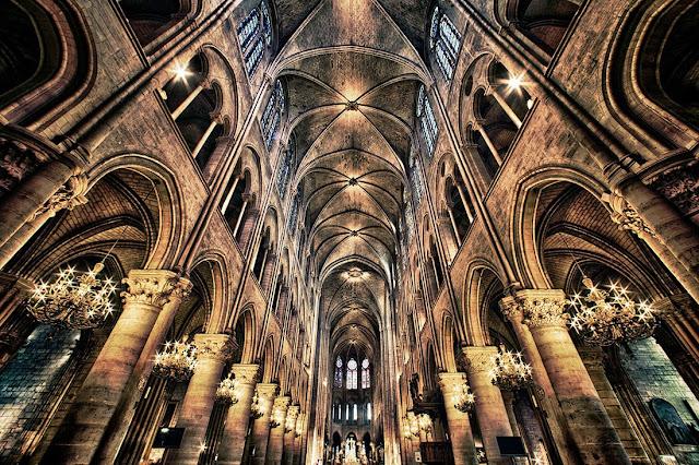 Interior da Catedral de Notre Dame em Paris