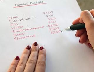 melakukan perincian pengeluaran bulanan anak kos
