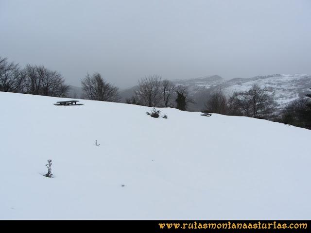 Cueto Ventoso: Mesas y bancos entre nieve en el Collau Ablanu