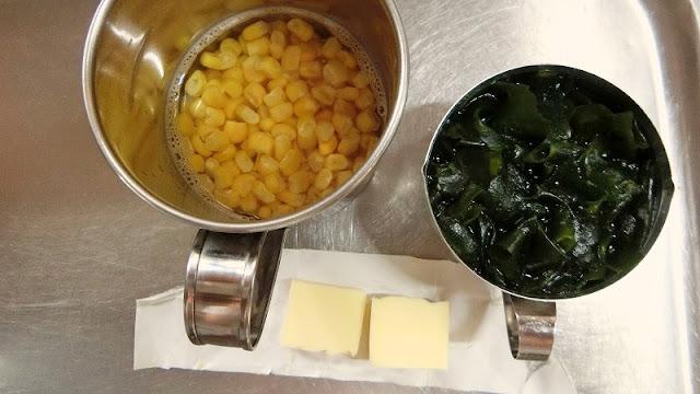 冷凍とうもろこしと乾燥わかめははぬるま湯に浸して戻し、バターは5gに切って使う時まで冷蔵庫にラップに包んで冷やしておきます。 中華麺を茹でるための湯を鍋で沸かし始めます。