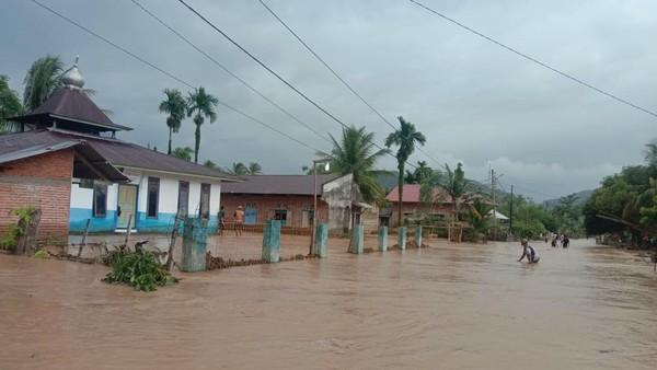 Banjir Bandang di Sumbar, Ratusan Rumah Terendam-Jembatan Putus