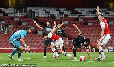 """Liverpool thua ngược Arsenal: Báo chí Anh thi nhau công kích 2 """"tội đồ"""""""