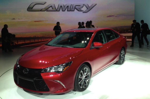 2017 Toyota Camry Hybrid Test and Review