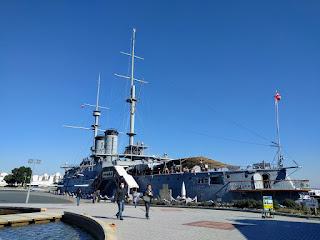 青空の下に、どんと大きく展示された戦艦みかさ