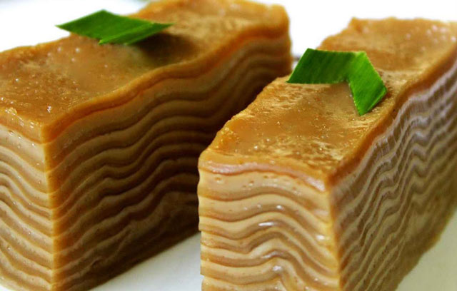 Awalnya anda mungkin akan mengira Lapis India berasal dari Bollywood. Padahal Lapis India sebenarnya kuliner khas Kalimantan Selatan. Dinamakan lapis india karena bentuk kue lapis ini dibuat dengan bentuk lapisan bergelombang, mirip goyangan india.
