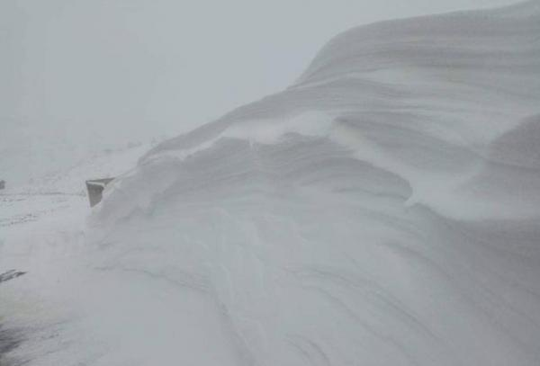 تدوينات فايسبوكية تكشف عن معاناة الأساتذة في الثلوج بضواحي أزيلال والمديرية ترد ببلاغ توضيحي