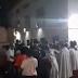 Católicos e evangélicos se encontram e se abraçam após fim de procissão